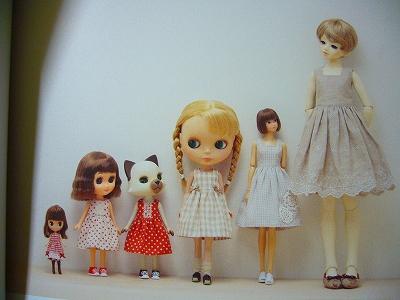 こちらのお人形の洋服が作れます。 作り方、型紙が載っているのはワンピース、ハーフパンツ、タックスカート、ブラウス、タンクトップ、かぼちゃパンツ、ソックス、